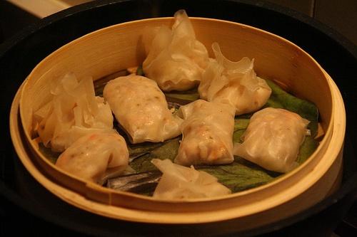 Cina - Ravioli di gamberi (calorie 190)  Cina - Ravioli di gamberi: delicati e impeccabili sotto il profilo nutrizionale anche perché cotti al vapore. In questo modo il piatto è più leggero, ma anche più nutriente perché quella a vapore è la cottura che salva le proteine.     K-Calorie: 190  Grassi: 25