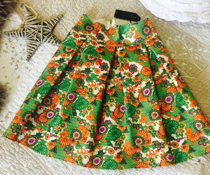 TRENDIER- Falda tablones de encaje con flores retro  Marca Honey Punch