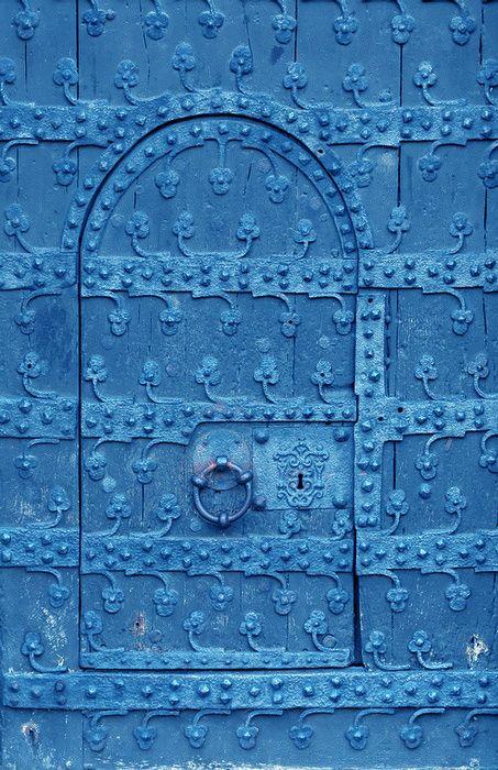 Porta azul artisticamente trabalhada.                                                                                                                                                                                 Más