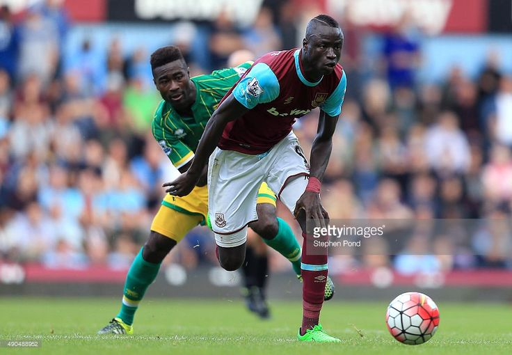 Cheikhou Kouyate of West Ham United and Alexander Tettey of Norwich City compete for the ball during the Barclays Premier League match between West Ham United and Norwich City at the Boleyn Ground on September 26, 2015 in London, England. (Photo by Stephen Pond/Getty Images)