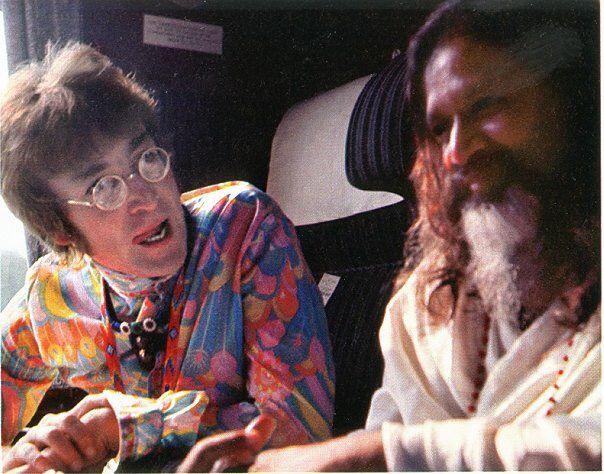 John Lennon 27 In India In 1968 Wears A Multi Colored Psychedelic Shirt Relaxing With Guru Maharishi Mahesh Yogi John Lennon Beatles John Lennon Beatles John
