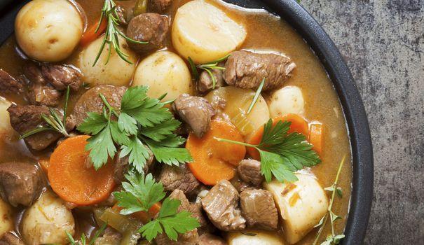 Grand classique de la cuisine irlandaise, l'Irish stew est un ragoût simple mais tellement bon. Traditionnellement, il est préparé avec du mouton. Mais pour une version plus subtile, utilisez l'agneau.