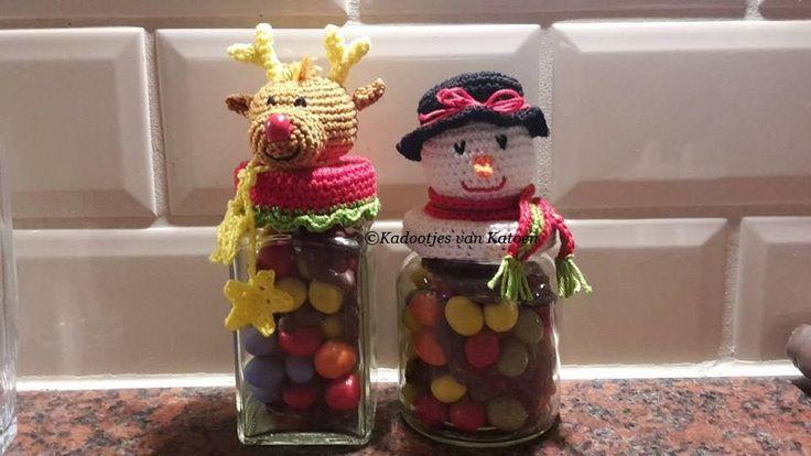 Kadootje voor de kerst. Potjes gehaakt met sneeuwpop en rendier kop