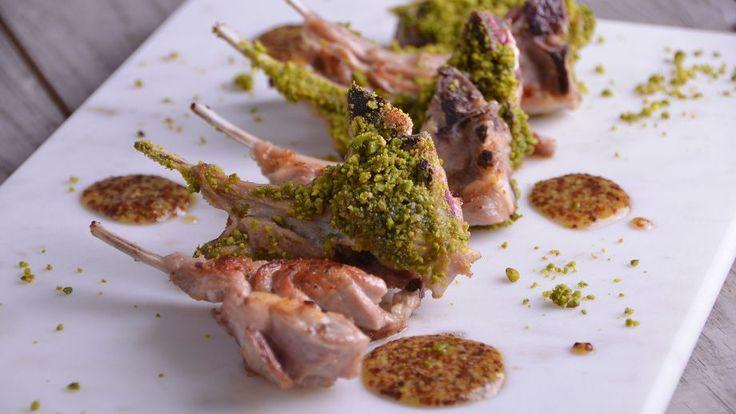 Chuletas de cordero con costra de pistachos y salsa de mostaza y lima - Nicola Poltronieri - Receta - Canal Cocina