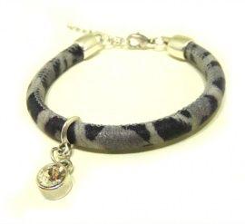 Super zachte suéde print armband met Swarovski steentje. Sluit met een zilverkleurige karabijnsluiting.