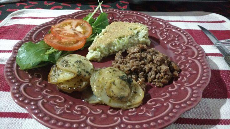 Carne moída sequinha Galetes de batata ao forno Torta de abobrinha Salada de rúcula (Galete e torna nos meus pins de legumes e saladas)