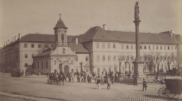 1890-es évek, Kerepesi (Rákóczi) út, a Rókus Kórházzal és a Kápolnával, és az előtte álló Maria Immaculata szoborral.Az 1711. évi nagy pestisjárvány után Pest város tanácsa egy kis kápolnát építtetett ide a járványok ellen védelmező Szent Rókus és Szent Rozália tiszteletére.Szent Rókus (franciául: Saint Roch), általánosan a pestisből gyógyulók védőszentje. A legszebb talán a balra előre haladó lóvasút. Az, hogy az út kockakő és, hogy minden emberen valamely fejfedő mutatkozik, az a kor…