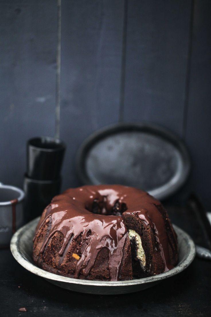 Rezept für super schokoladigen Schokoladen-Kakao Gugelhupf mit Cheesecakefüllung und Schokoladenganache