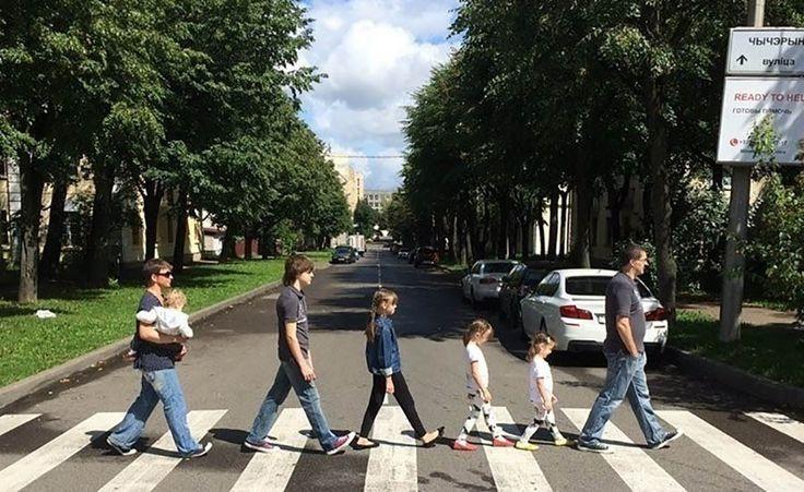 Жительница Беларуси Диана Приходовская случайно подметила визуальное сходство между одной из центральных улиц Минска и лондонской Эбби-Роуд, после чего она решила воссоздать знаменитое фото The Bea…