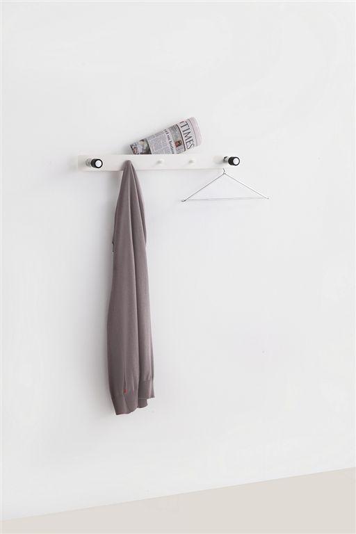 Wandkapstok TWIN heeft ondanks zijn zeer bescheiden afmetingen een verrassende capaciteit.  Iets vrij van de muur waardoor ook enkele hangers kunnen worden gebruikt.  Leverbaar in glanzend wit of zwart, chromen ophanghaken met mat zwart rubberen einddoppen.  Breedte: 70 cm, hoogte: 6 cm, diepte 3-11 cm.
