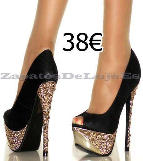 zapato negro con brillantes en la plataforma y el tacón