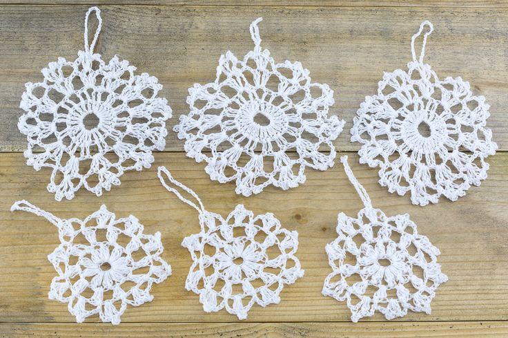 Śnieżynka. Jeśli brak prawdziwego śniegu na Święta, warto mieć taką dekorację na choince.
