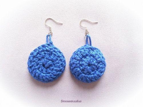 Oorbellen gehaakt donkerblauw.  Crochet earrings darkblue.  www.droomcreaties.nl
