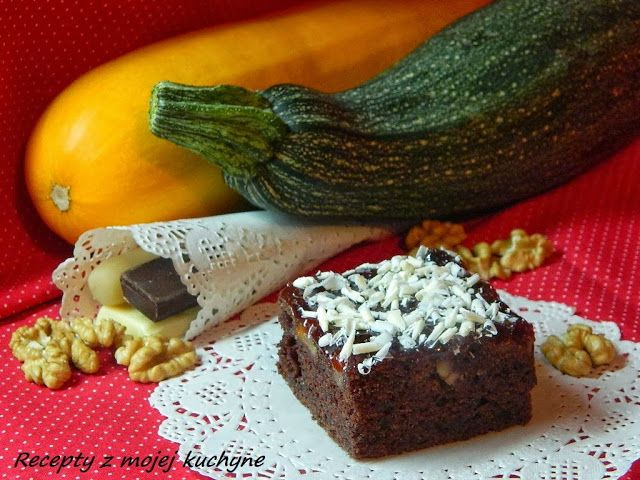 RECEPTY Z MOJEJ KUCHYNE: Cuketový koláč s marcipánom, orechami a čokoládou