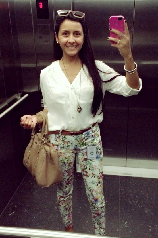 #friday #work #outfit  #CasualFriday  Pantalones floreados #basement / blusa blanca #topitop / accesorios #doit / cartera #crepier