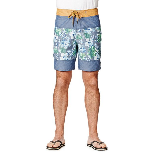 Boasting a summer inspired print, these Piping Hot boardshorts are sure to be a hit at the beach. Crafted in a cotton polyester blend, featuring shoelace tie closure with velcro strip and single buttoned back pocket. Team it with all of your favourite beach gear.