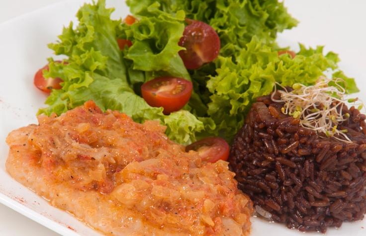 Filete de róbalo guisado: Delicioso filete de róbalo en salsa con cebolla blanca acompañado de arroz con coco y una exquisita ensalada fresca .