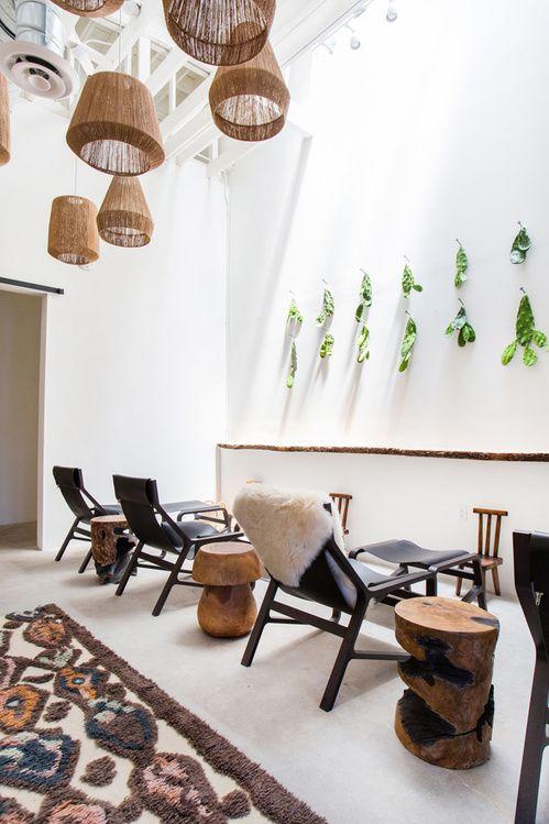 Spot relaxation à Los Angeles La boutique de massages préférée de Gigi Hadid et Kendall Jenner The Now intérieur déco chaise logue noire tapis lampes