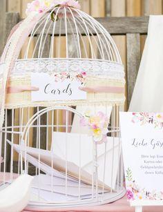 """Geldgeschenke als Hochzeitsgeschenk? Das ist heute fast schon Normalität geworden. Die Zeiten von Hochzeitstischen und Co. sind vorbei. Umso öfter stellen wir uns jetzt die Frage: """"Wie können wir eine schöne Aufbewahrungsmöglichkeit für die Briefumschläge gestalten?"""" Eine Briefbox ist dafür die Lösung. Wie Ihr eine ausgefallene Briefbox für Eure Hochzeit aus einem Vogelkäfig im Vintage-Look bastelt, zeigen wir Euch heute in unserem pimpmycards-Beitrag."""