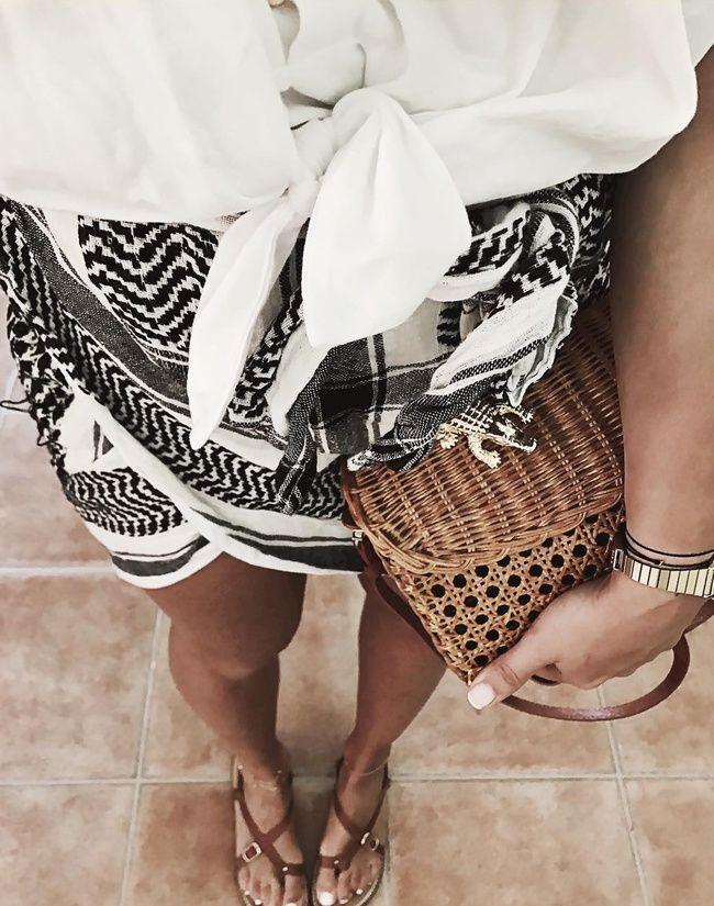 La mini jupe drapée façon keffieh, une bonne alternative à la micro jupe en denim (photo Audrey Lombard)