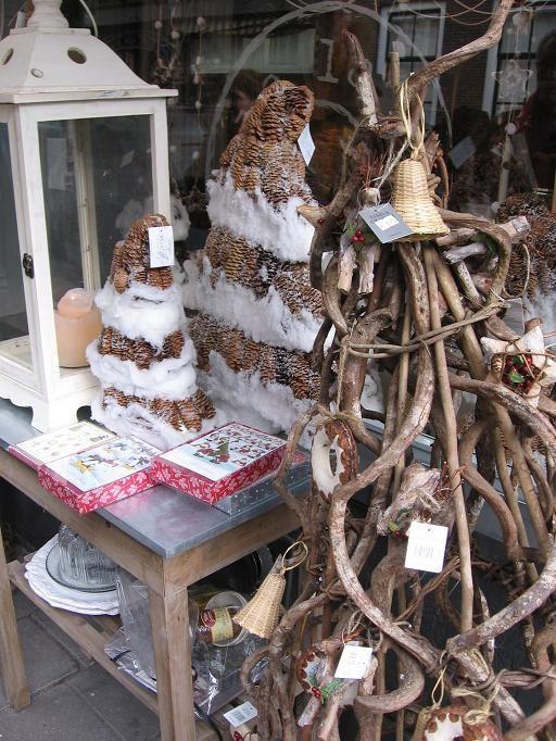 Kerstboom zonder naalden uniek is toch dé oplossing. Een wandeling door Den Haag dat loont. Bij een leuke winkel aan de Denneweg maakte ik deze foto.
