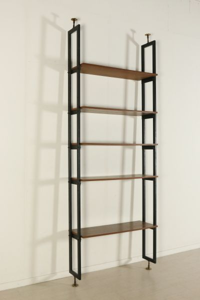 Libreria a soffitto con ripiani regolabili in altezza; montanti in metallo con puntali in ottone, legno impiallacciato teak. Buone condizioni, presentano piccoli segni di usura.