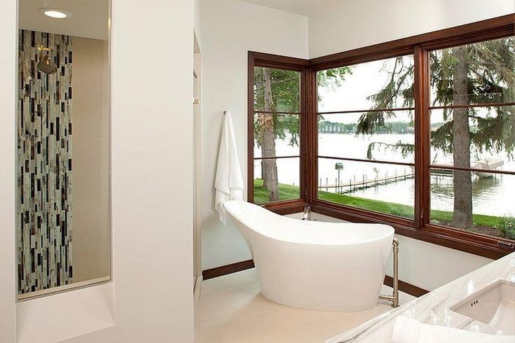 ванная комната с видом на озеро