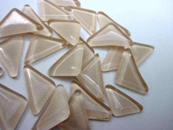 Pastilhas de vidro fundido utilizadas para confecção de Mosaicos ,Bijuterias e/ou outras aplicações decorativas/ artesanais Pacotes de 50 G -  com blister de vidro formato triangular NUDE / BEGE  TEMOS EM TODAS CORES   - Escolha a sua ! R$6,50