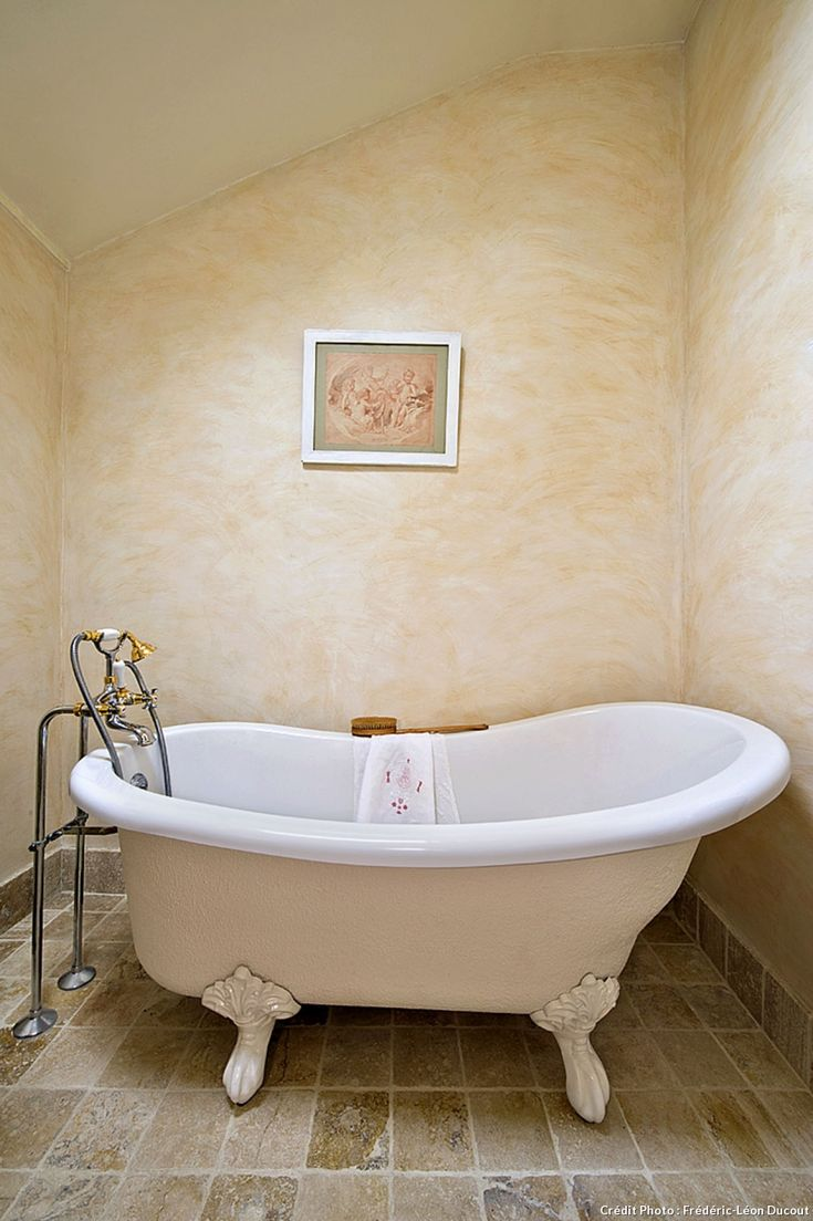 Creme and white porcelain tub
