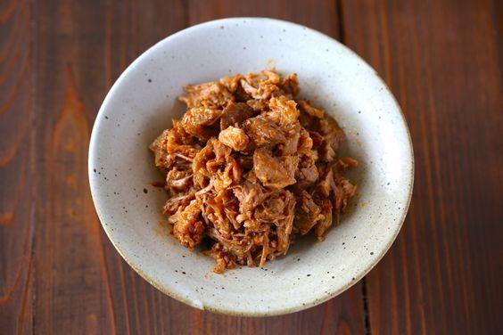 「ブルドポーク」をご存知でしょうか?正式には、豚肩ロース肉をオーブンで軽く表面を焼き上げた後、8時間近く煮込んでホロホロにしたところをフォークで細かく裂いて、バーベキューソースで味付けしたものです。長時間煮込んでも、豚の甘さ・旨味・脂身が残りながら余分な脂分は落ちているので、あっさり軽く食べられます。でも8時間煮込むのはたいへん…というわけで、今回は人気の炊飯器レシピで、ブルドポークを作ります!そのまま食べても良し、チャーハンやサンドイッチに入れても良しです。豚肩ブロックが手に入ったら、ぜひお試しを!(表参道のグルメ・ハンバーガー)