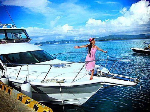 """2010 JUL 12再次來到水納島,那一定要有新鮮事囉!搭乘豪華遊艇,只有一個字可以形容…..""""爽""""…..呵呵呵…..      有了她,水納島的美,似乎就能擁抱起來。聽著海風訴說,水納島的傳說…..再來個鐵達尼號的浪漫…..但最美的愛情,總是以死亡來做結局。      所以美好的事物還是欣賞就好!哈哈…..欣賞啥呢??      當然是帥哥啊!!遊艇旁總有沖繩帥哥在浮淺,"""