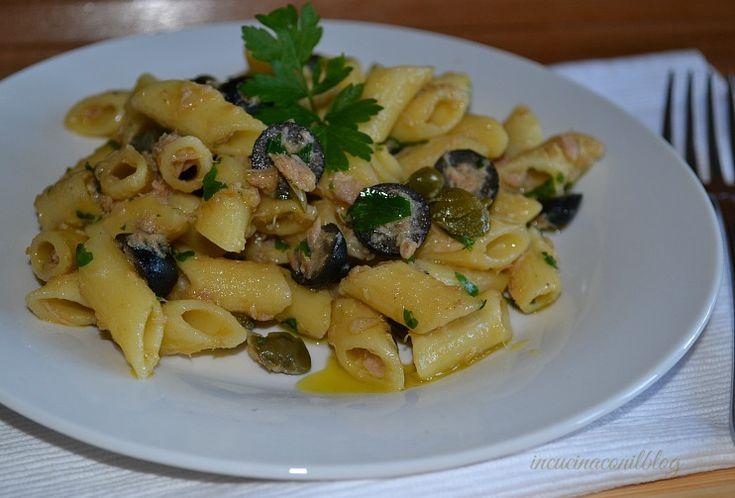 Pasta con tonno capperi e olive nere