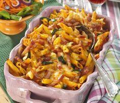 Du svänger snabbt och lätt ihop denna goda gratäng. Pastagratäng med bacon 4 port 300 g pasta 1 squash 140 g tärnad bacon 250 g mozzarellaost 2 dl riven ost Tomatsås 1 hackad gul...