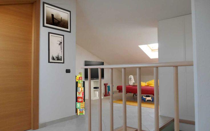 #2 Ancora sulla mansarda organizzata con ampi spazi ma altezze problematiche: 2,7 m al colmo e altezza minima 0,70 m...come sfruttare gli spazi? Il secondo ambiente potrebbe essere adibito a sala giochi /interattiva! #homestagingdigitale #remax #remaxcentral