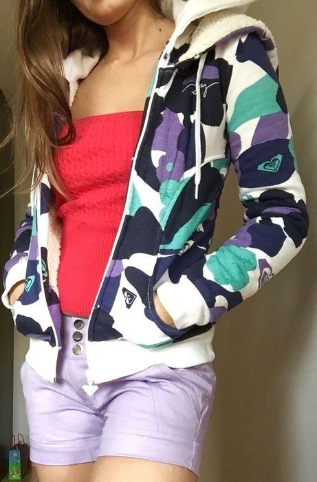 Piękna nowa bluza Roxy z kapturem. Wysoka zapinka chroniąca gardło i nos. Wewnątrz gruby polar chroniący przed chłodem. Ni...