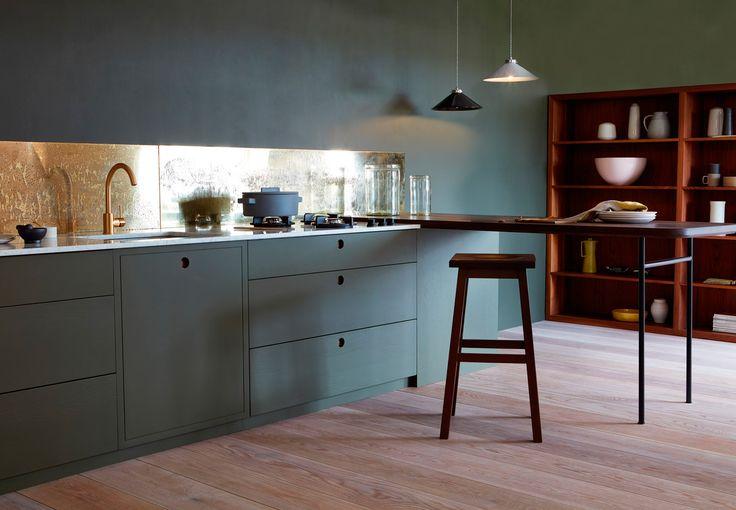Støvet grøn, nude eller geometrisk kunst? Vi har fundet de lækreste, topmoderne køkkener, hvor farverne er helt fremme i skoene.
