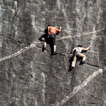 #Freeclimbing - #Valtellina #italia #arrampicata  Scoprite la Valtellina con l'arrampicata sportiva: dal freeclimbing al bouldering. Oltre 200 itinerari di scalate con pareti alte da 25 fino a 45 metri. Spingetevi verso l'alto ammirando i paesaggi durante il cammino verso le vette.