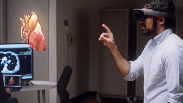 Politie verkent mogelijkheid van forensisch onderzoek in augmented reality De Nationale Politie voert proeven uit met het uitvoeren van forensisch onderzoek in augmented reality. Via een smartphone-app kan digitale informatie aan beelden van een plaats delict worden toegevoegd.