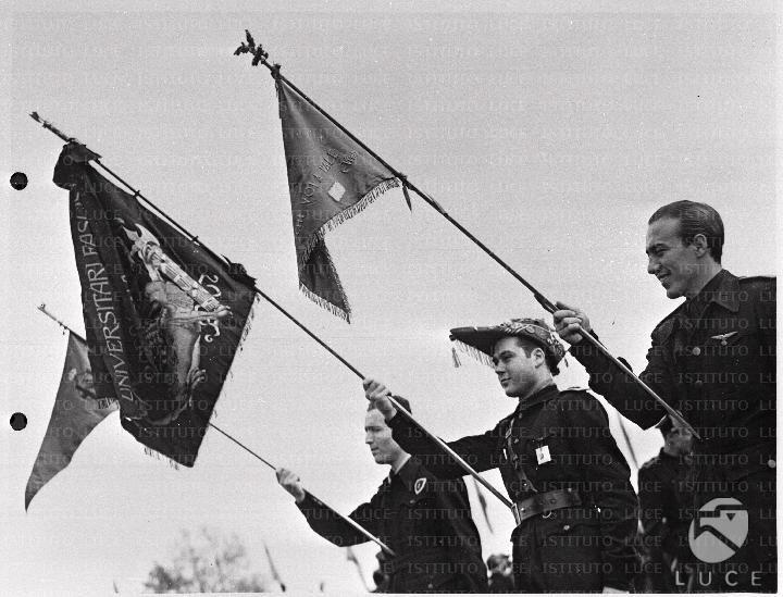 Tre aderenti al GUF sfilano con le bandiere  ATTUALITA/A40-003/A00123566.JPG