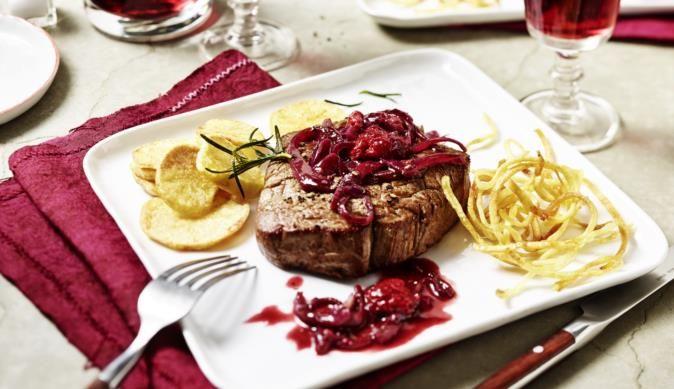 Zartes Rinderfilet serviert mit einer fruchtigen Rotweinsauce. Himbeeren und Maggi geben der Sauce eine feine Note.