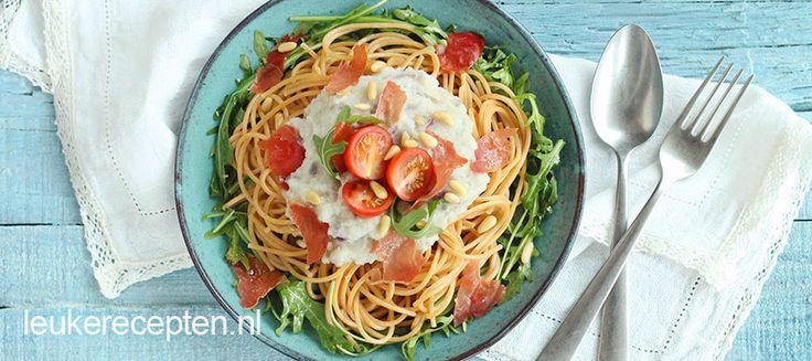 Spaghetti met een saus van bloemkool en knapperige serranoham