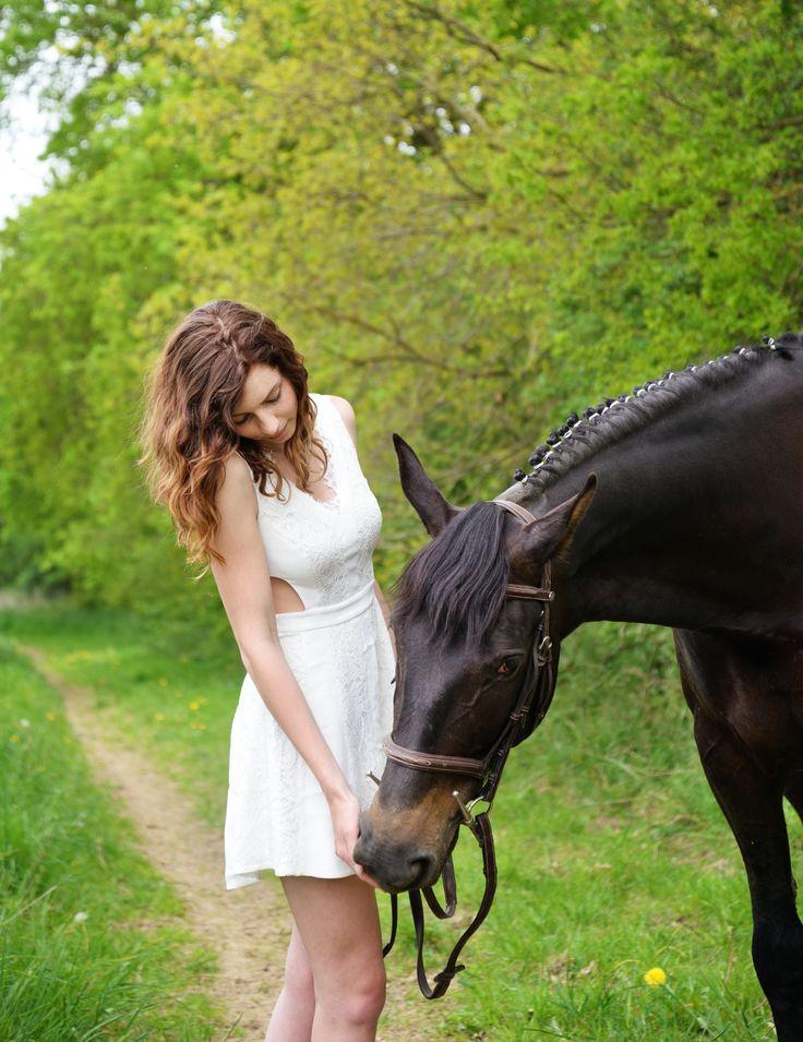 printemps, jeune femme et sa jument