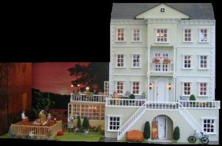 De meeste poppenhuizen worden in een plat pak afgeleverd en zijn snel en simpel in elkaar te zetten. Deuren, ramen, trappen etc.