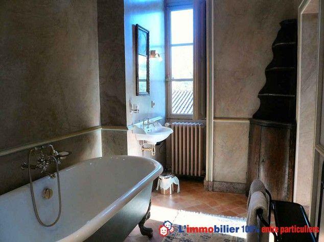 Salle de bain XIXe d'un château de 1830. 500 m2 sur trois niveaux, Dans un parc paysager de 9 ha, dépendances. Le domaine recevant du public (artistes, concerts, etc) peut être exploité commercialement. #chateau #maisonPierre #maisonLoireAtlantique #prestige www.partenaire-europeen.fr/Annonces-Immobilieres/France/Pays-de-la-Loire/Loire-Atlantique/Vente-Chateau-F11-PONT-SAINT-MARTIN-815631