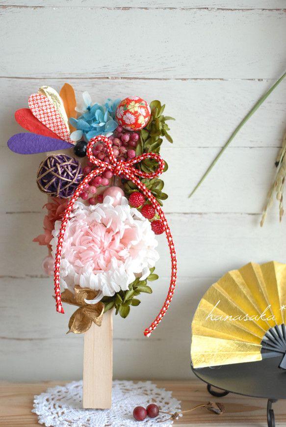 懐かしい羽子板に、プリザーブドフラワーをあしらいました。白桃色の大輪菊が入っています。菊の花言葉は高貴、高尚。お正月、和の飾りに相応しく、日本にとって最も親し... ハンドメイド、手作り、手仕事品の通販・販売・購入ならCreema。