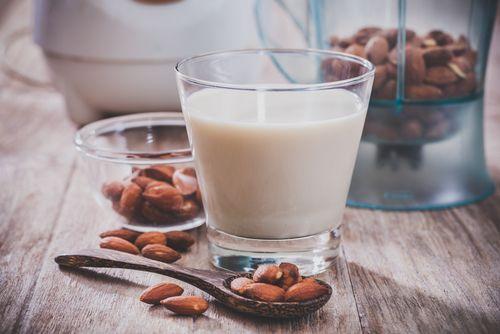 Jako prakticky každý druh jídla či nápojů, mandlové mléko je jak levnější, tak i mnohem zdravější, pokud si ho doma vyrobíte sami. Přestože je dostupných pár druhů vyšší kvality nabízených vobchodech, mnoho, pokud ne valná většina, značek obsahuje přídavné přísady jako karagenan, aby bylo dosaženo trvanlivosti a více konzistentní textury. Jinak řečeno, aby se mléko …