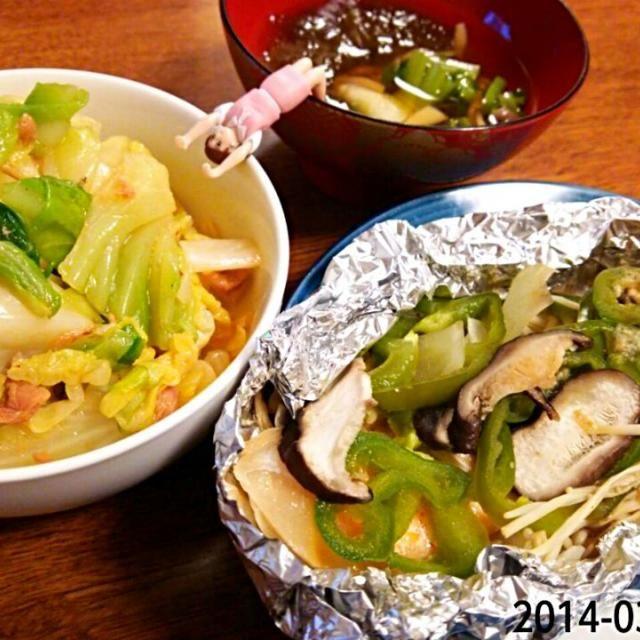 きのこと野菜たっぷりで鮭が見えない(*´艸`*) - 5件のもぐもぐ - *鮭のホイル焼き  *やみつきキャベツ  *お吸い物 by umitan3