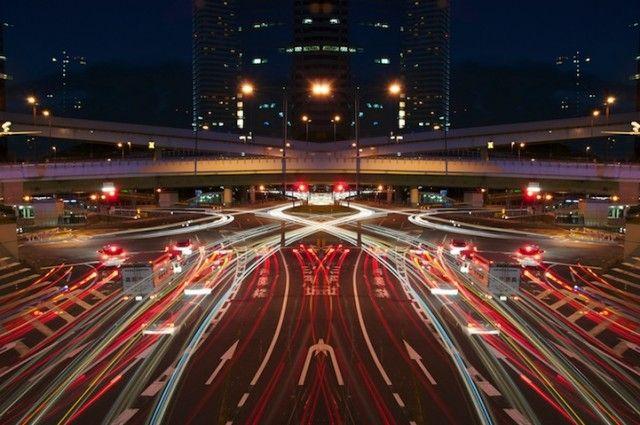 Mouvement  Le photographe japonais Shinichi Higashi prend de superbes clichés à longue exposition de la ville de Tokyo, et de son architecture urbaine. En résulte une superbe série « Graffiti of Speed / Mirror Symmetry » qui utilise avec talent la duplication et la symétrie