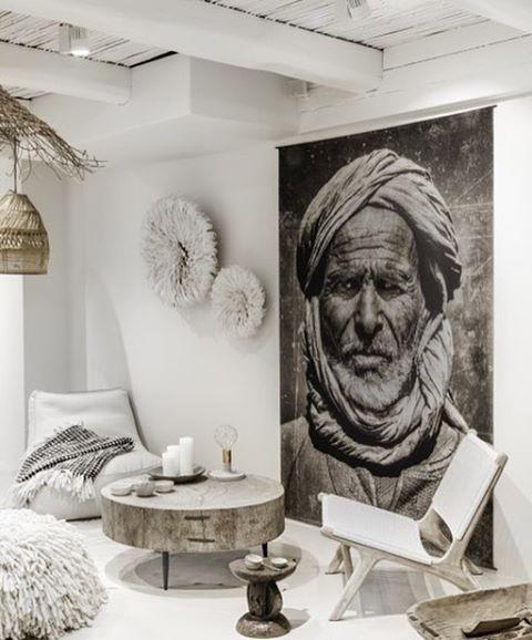 Un style tribal assez dépouillé et une idée de génie, l'immense et superbe photo en noir et blanc qui habille le salon.