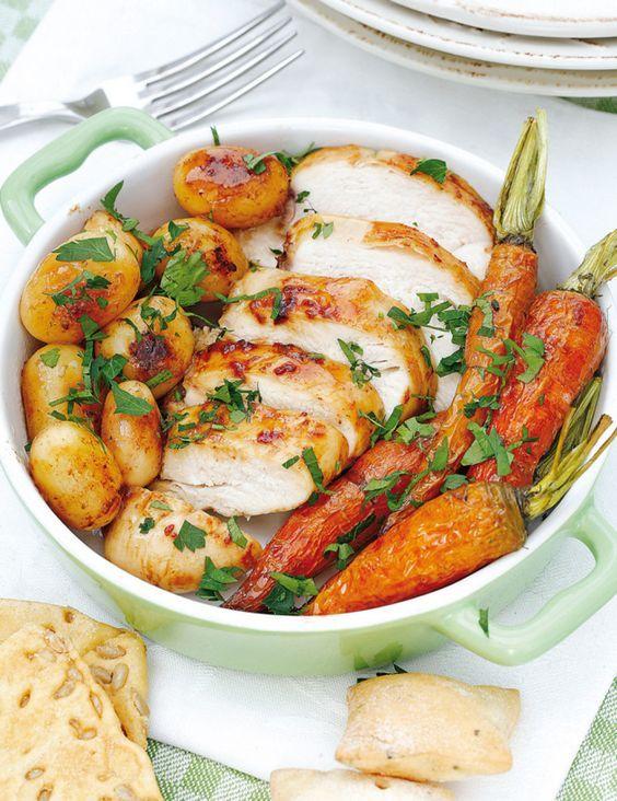 INGREDIENTES (4 personas)•2 pechugas de pavo •400 g de zanahorias baby •300 g de patatas •2 naranjas •1 cucharada e pimienta negra en grano •aceite de oliva •3 clavos de especia •perejil •4 ajos •sal